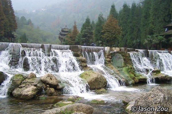 سیستم آبیاری Dujiangyan در نزدیکی میراث جهانی یونسکو در چین