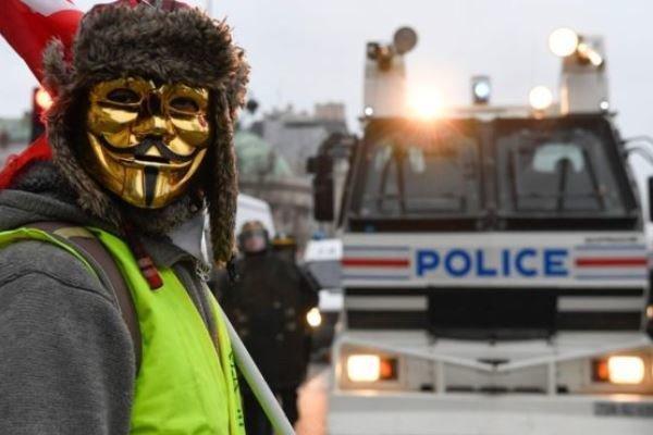 پلیس فرانسه به معترضان شلیک کرد