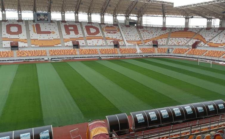 زمین های چمن ورزشگاه فولاد خوزستان بهسازی شد