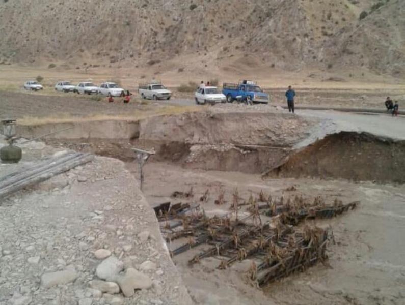 خبرنگاران بارش باران راه ارتباطی 8 روستای پلدختر را قطع کرد