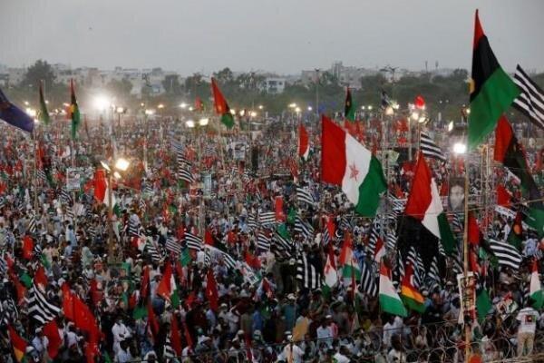 ده ها هزار پاکستانی علیه عمران خان تظاهرات کردند